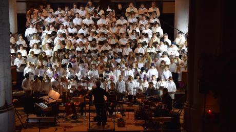 In der St. Georgskirche wurde eine Weihnachtskantate aufgeführt, bei der drei Chöre, eine Band sowie ein Dirigent auf der Bühne standen. Komponist Klaust Wüsthoff hatte sich einen besonderen dramaturgischen Kniff ausgedacht.