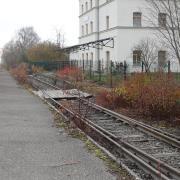 Im ehemaligen Bahnhof in Oettingen sind heute Wohnungen. Um das Gebäude zu den Schienen hin abzusichern, musste der Eigentümer einen Zaun aufstellen. Die Bayernbahn betreibt die Strecke privat, aus der Museumsbahn steigen auch heute noch Passagiere aus und ein. Sie können nun nicht mehr über den Fußgänger-Überweg, sondern müssen an den Gleisen und am Zaun entlang Richtung Munninger Straße, um zu ihren Autos zu gelangen (siehe Bild unten).