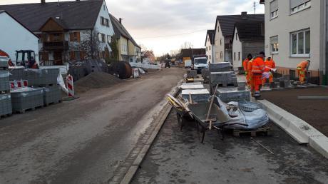 Die Bauarbeiten an der Ortsdurchfahrt in Deiningen liegen im Zeitplan. Derzeit werden die Seitenränder neu gestaltet.