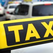 Eine Frau hat laut Polizei eine Taxifahrt in Anspruch genommen, aber nicht bezahlt.