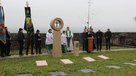 Auf dem Simultanen Friedhof in Ehingen am Ries wurde ein neues Urnenfeld gesegnet.