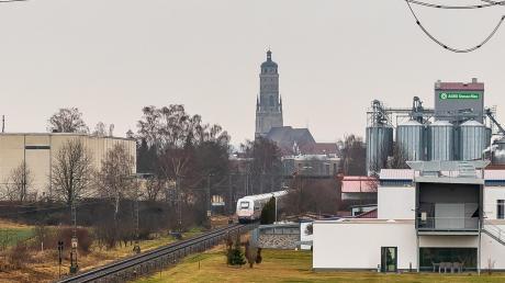 Ein ICE fährt durch Nördlingen. Ein Bild, das es in diesen Tagen häufiger gibt. Grund ist eine Baustelle in Ulm, einige Fernverkehrszüge werden deswegen umleitet und fahren durch das Ries.