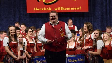 Er dirigiert die Stammkapelle des Musikvereins Fremdingen seit zehn Jahren: Joachim Braun. Die Musiker begeisterten in der voll besetzten Turnhalle bei ihrem Weihnachtskonzert.