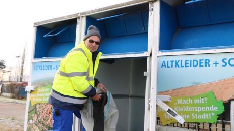 Werner Rößle arbeitet seit September beim AWV. Er ist für die Altkleidercontainer im Landkreis mitverantwortlich. Eigentlich sollten die Klamotten – anders als auf dem Bild – jedoch in Plastiktüten abgegeben werden, sagt Werkleiter Gerhard Wiedemann.