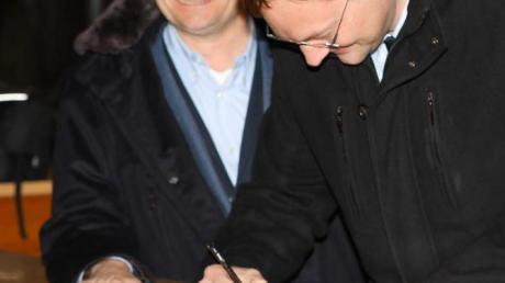Hans Reichhart (rechts) hat auf Initiative von Ulrich Lange (links) das Almarin besucht.