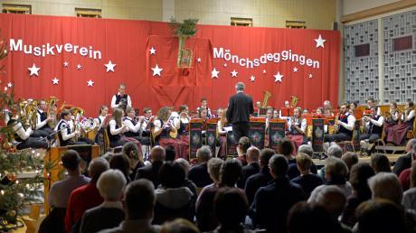 Der Musikverein Mönchsdeggingen gab zum Ende des Jahres sein Abschlusskonzert. Neben der Stammkapelle (hier im Bild) musizierte auch die Jugendkapelle MöBi-Junited.
