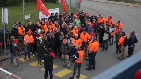 Bei der Firma Jeld-Wen gab es im November eine Aktion bezüglich der Tarifverhandlungen in der Holz und Kunststoff verarbeitenden Industrie.