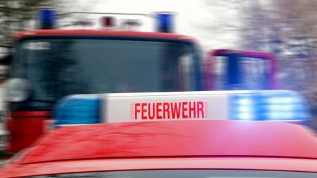 Ein Tanklaster auf der B300 bei Waidhofen hat Diesel verloren. Der Kraftstoff entzündete sich, die Feuerwehr musste den Brand löschen.