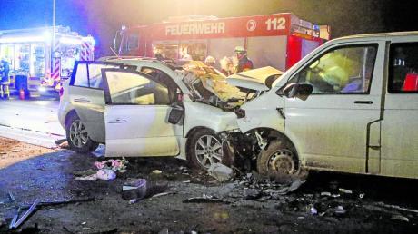 Auf der B2 im Landkreis Roth geriet ein Kleinbus auf die Gegenfahrbahn und stieß frontal mit einem Auto zusammen.