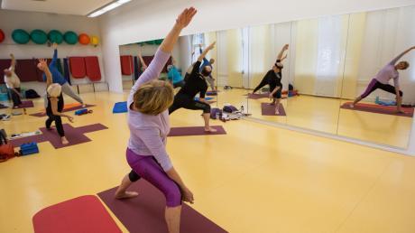 Entspannungsübungen, wie sie bei Yoga praktiziert werden, können das Wohlbefinden steigern.