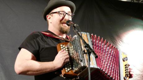 Binser mit Harmonika: In Megesheim hat der Musik-Kabarettist sein neues Programm gezeigt.