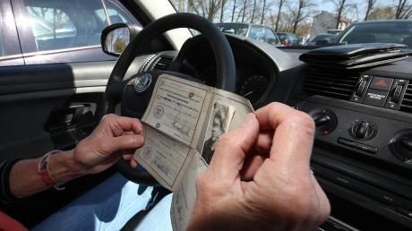 Immer wieder gibt es Autounfälle, die von Senioren verursacht werden. Im Alter lässt die Reaktionsfähigkeit nach, doch ältere Personen können ihre Fähigkeiten am Steuer bei Übungen der Verkehrswacht testen.