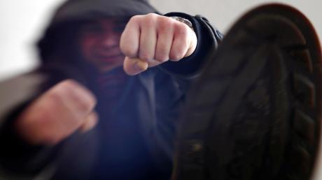 Ein junger Mann ist in Oettingen durch Faustschläge verletzt worden.
