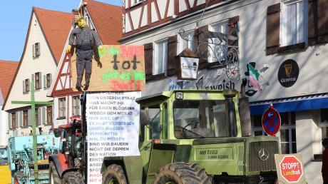 """Protestplakate hatten die Landwirte an ihren Traktoren angebracht, die sie in der Schrannenstraße abstellten. """"Ist der Bauer tot, gibt es kein Brot"""" stand auf einem zu lesen."""