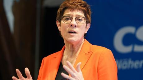 Annegret Kramp-Karrenbauer, Bundesvorsitzende der CDU und Bundesverteidigungsministerin, beklagt in der Alten Schranne in Nördlingen eine Verrohung der öffentlichen Debatte. Sie fordert besseren Schutz für Kommunalpolitiker und Respekt für Rettungskräfte, Polizisten und Soldaten.
