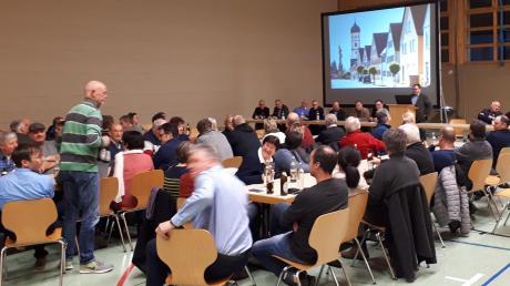 Rund 60 Zuhörer kamen zur Bürgerversammlung in die Wallersteiner Mehrzweckhalle.