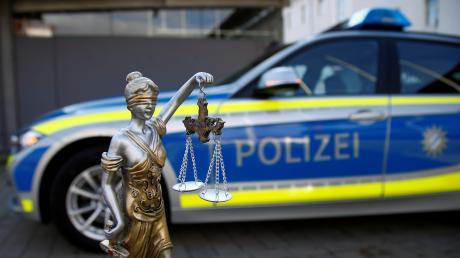 Das Amtsgericht Weiden (Oberpfalz) hat einen Polizisten zu einer Freiheitsstrafe von einem Jahr und drei Monaten auf Bewährung verurteilt.