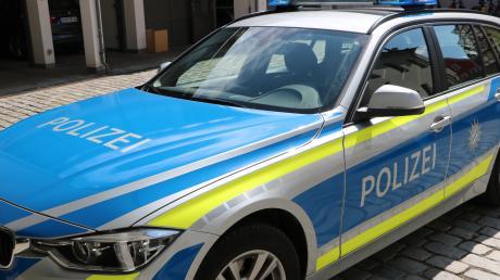 Ein 18-Jähriger ist in Wallerstein mit seinem Auto erst an einer Hauswand zum Stehen gekommen.