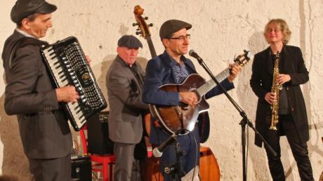 """Das Quartett """"Les For me-dables"""" bilden (von links) Frank Eisele am Akkordeon, Christian Brinkschmidt am Kontrabass, Marc Delpy als Sänger an der Gitarre und Regina Büchner am Saxophon"""