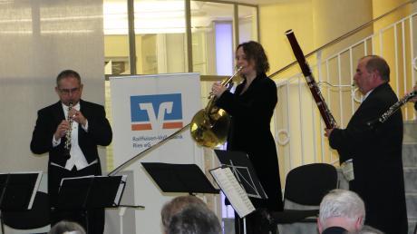 Die Zugabe präsentierten die fünf Musikprofessoren von Pro Five stehend (von links): Dejan Gavric, Washington Barella, Sibylle Mahni, Albrecht Holder und Manfred Lindner wurden in der Schalterhalle der Raiffeisen-Volksbank in Nördlingen vom Publikum gefeiert.