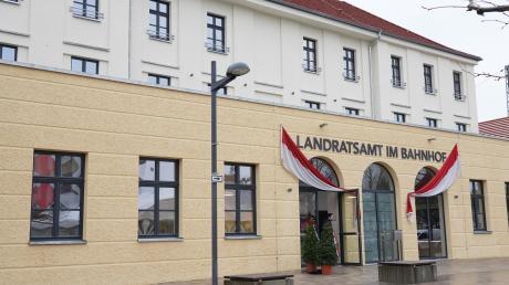 Sieben Jahre nachdem die Stadt Nördlingen das Bahnhofsgebäude gekauft hat, ist es jetzt eröffnet worden. Das Landratsamt zieht dort unter anderem mit dem Bürgerservice und der Kfz-Zulassungsstelle ein.