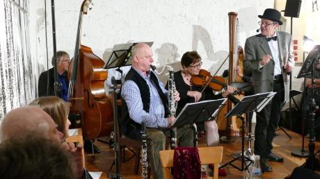 Michael Schneider (ganz rechts) erinnerte mit einer geistreichen Hommage im Reimlinger Konzertstadel an Heinz Erhardt. Unterstützt wurde er dabei von der Hofmarkmusik.