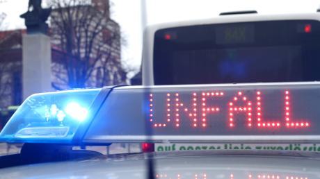 Auf der B17 in Augsburg sind ein Auto und ein Tankfahrzeug zusammengestoßen. Hinterher gaben sich die beiden Fahrer gegenseitig die Schuld. Was war wirklich?