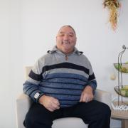 Rolf Zacher fühlt sich wohl in seinem neuen Zuhause: Seit einigen Monaten ist er Bewohner der Wohngemeinschaft in Oettingen.