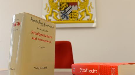 Gerichte in Bayern müssen wegen der Corona-Krise zahlreiche Prozesse verschieben.