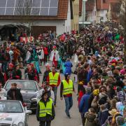 Dicht gedrängt standen die Zuschauer beim Megesheimer Faschingsumzug. Mehr als 10000 Besucher kamen gestern in die kleine Gemeinde im Ries. Das wechselhafte Wetter tat dem bunten Faschingstreiben keinen Abbruch.