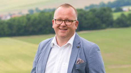Timo Böllmann bewirbt sich um das Bürgermeisteramt in Möttingen. Er ist der einzige Kandidat. Er ist CSU-Mitglied, wurde jedoch von einer unabhängigen Wählergemeinschaft nominiert.