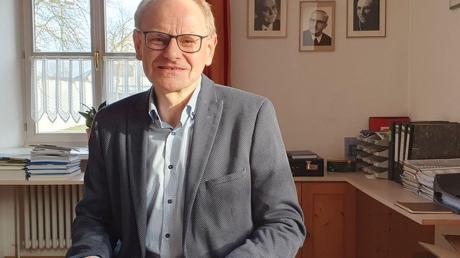 Bürgermeister Franz Stimpfle, hier an seinem Schreibtisch, ist der einzige Kandidat für Maihingen. An der Wand hinter ihm hängen Bilder der Ehrenbürger der Gemeinde, darunter das seines Onkels Bischof Josef Stimpfle.