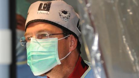 Chefarzt Professor Bernhard Kuch ist Direktor der Klinik für Innere Medizin am Stiftungskrankenhaus Nördlingen. Damit ist er für die Intensivstation zuständig, in der schwer erkrankte Coronavirus-Patienten behandelt werden.