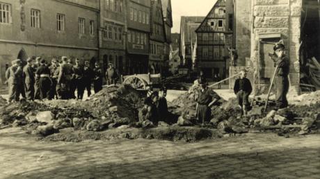 Dieses Bild zeigt den Einschlagkrater auf dem Marktplatz.