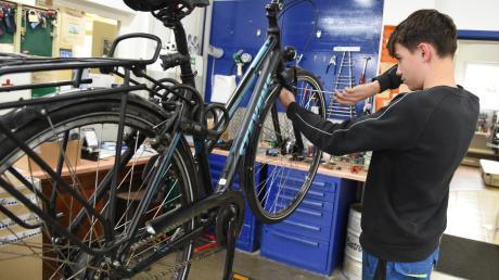 Der Laden geschlossen, die Werkstatt geöffnet: Wie viele Einzelhändler muss auch der Nördlinger Fahrradladen Zweirad Müller massive Einschränkungen hinnehmen. Das Verhalten einiger Supermarktketten stößt bei den lokalen Händlern indes auf großes Unverständnis.