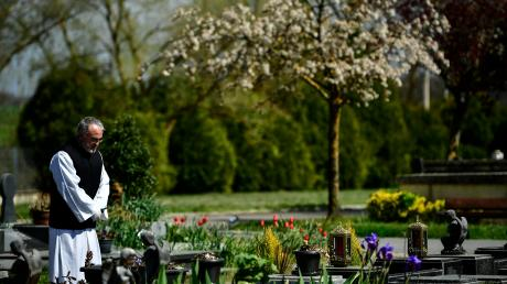 Beerdigungen ohne Trauergäste sind in Ländern wie Italien und Spanien bereits Alltag. Auch im Landkreis Donau-Ries herrschen bei Bestattungen mittlerweile strenge Regeln. Das belastet nicht nur die Angehörigen.