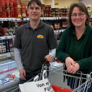 """""""Too Good To Go"""" im Cap-Markt in Nördlingen: Marktleiter Jürgen Mayer und Mitarbeiterin Heike Doppelbauer mit den jeden Morgen gepackten Überraschungstüten."""