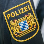 Die Polizei Nördlingen bittet um Hinweise zu einem Mann, der in Möttingen den Rollladen eines Badfensters hochgeschoben hat.