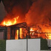 Mehrere Wohnhäuser mussten in der Nacht zum Dienstag wegen eines Brandes in Löpsingen evakuiert werden.