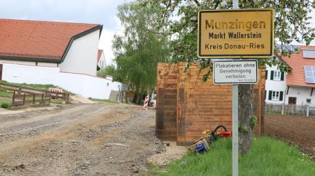 Die Dorferneuerung in Munzingen ist die größte Baumaßnahme, die der Markt Wallerstein in diesem Haushaltsjahr verwirklicht. Geplant ist der Bau eines Dorfgemeinschaftshauses sowie Kanal- und Straßenerneuerungen.