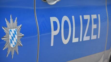 Der unbekannte Fahrer kam mit seinem Auto  in Obergriesbach von der Fahrbahn ab und prallte gegen einen Zaun. Die Polizei sucht Zeugen.
