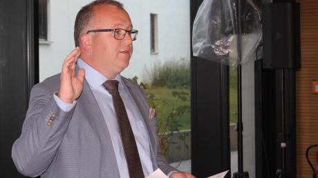 Vor dem Gemeinderat hat der neue Möttinger Bürgermeister Timo Böllmann seinen Amtseid abgelegt.