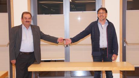 Coronabedingte Schlüsselübergabe auf Distanz: In Forheim folgt Andreas Bruckmeier (rechts) auf Werner Thum (links).