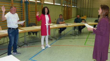 Drei neue Bürgermeister auf einmal: Petra Eisele (rechts) vereidigt kurz nach Ablegung ihres eigenen Amtseides die Zweite Bürgermeisterin Silvia Schröppel und den Dritten Bürgermeister Jürgen Stadelmeier.