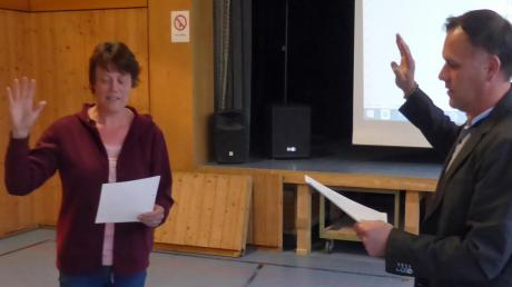 1. Bürgermeister Weiß vereidigt Karin Reulein.