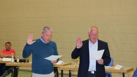 Die Hand zum Schwur erhoben: Manfred Steger (links) und Georg Stoller sind Wallersteins neue Zweite und Dritte Bürgermeister. Am Mittwochabend wurden sie von Bürgermeister Joseph Mayer vereidigt.