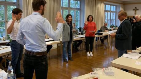 Vereidigung der neuen Gemeinderatsmitglieder in Maihingen (von links): Stefan Röttinger, Andreas Regele, Marianne Götz, Daniela Thum und Bürgermeister Franz Stimpfle.