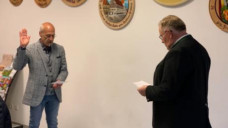 Thomas Meyer (links), der neue Erste Bürgermeister der Gemeinde Ehingen am Ries, wird durch Franz Miller vereidigt.