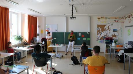 Unterricht mit Abstand: Eine Klasse der Nördlinger Mittelschule bereitet sich auf ihre Abschlussprüfungen im Juni vor. Die Hälfte der Schüler verfolgt das Geschehen dabei über das Internet.