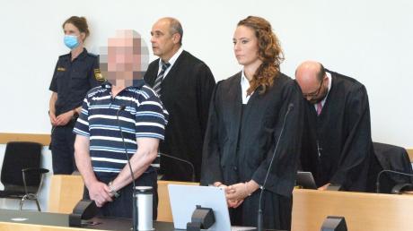 Der Angeklagte verfolgt die Urteilsverkündung mit seinen Verteidigern Peter Witting, Martina Sulzberger und Nico Werning. Die Verteidigung will gegen das Urteil Revision einlegen.